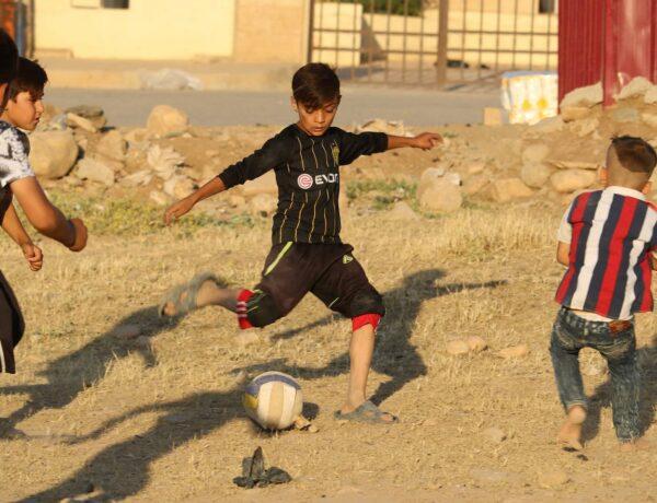 De Voetbalwandeling (13): Yezidi lives matter – Steun het voetbalproject voor Yezidi-kinderen in Irak!